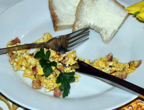 """Śniadanie w stylu PRL w """"Sekfanie"""" – jajecznica"""