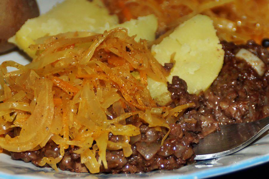 Smażona kaszanka z ziemniakami i kapustą
