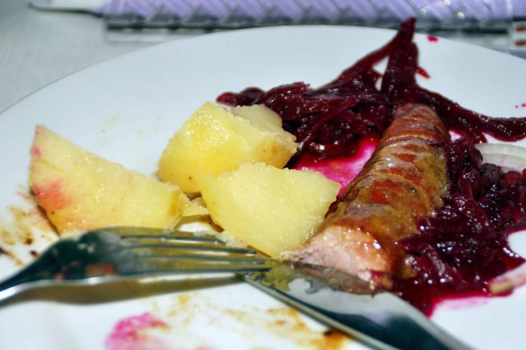 smażona kiełbasa z sosem musztardowym