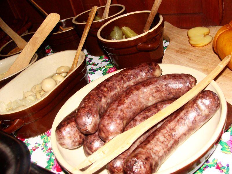 Kaszanka oraz inne specjały kuchni polskiej na stole