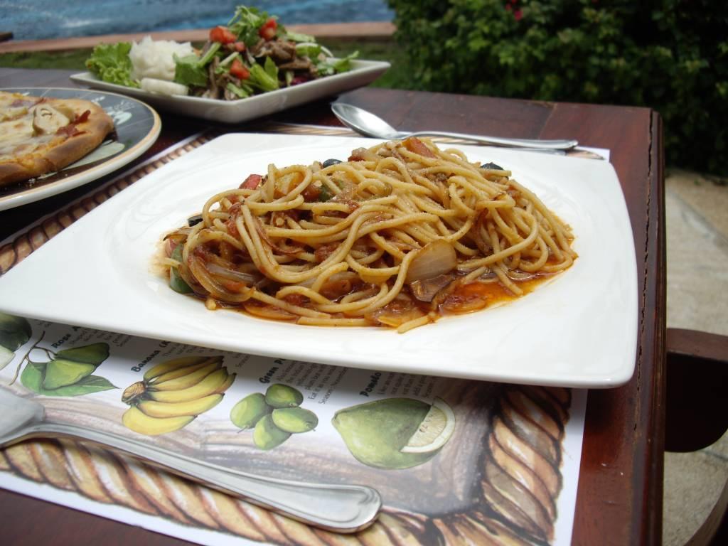 Spaghetti z ananasem, krewetkami i pistacjami