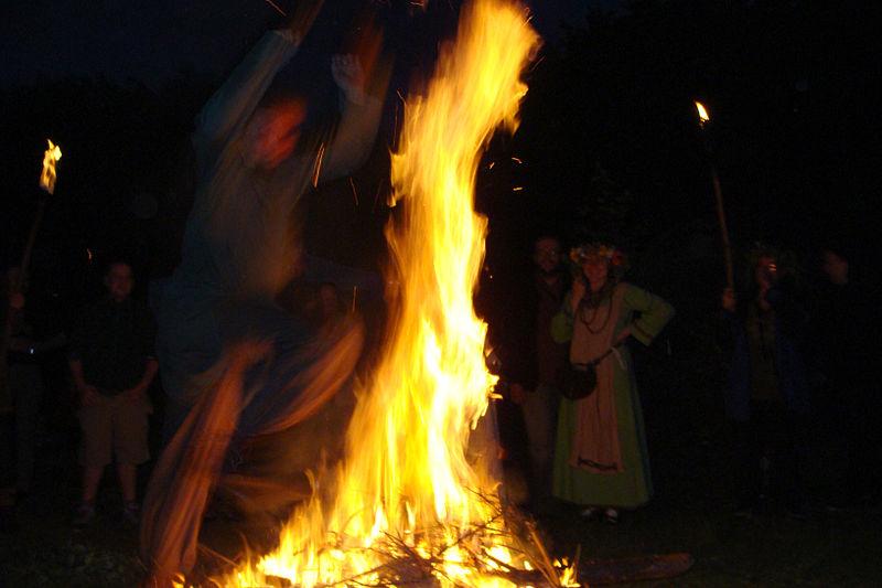 800px-Noc_Kupały_2010_-_Rodzimy_Kościół_Polski_-_Skok_przez_ogień