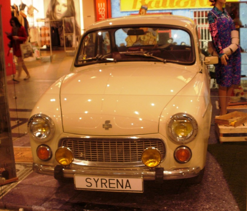 1196px-Syrena_Galeria_Krakowska_01