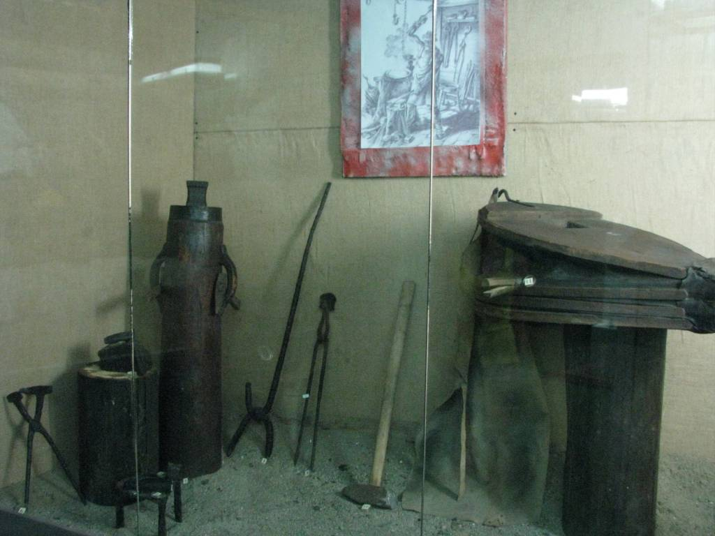 Orastie_Ethnography_Museum_2011_-_Dacian_Blacksmith_Workshop_including_Tongs,_Sledgehammer,_Bellows,_Anvil