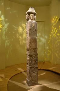 Fot. Silar, https://commons.wikimedia.org/wiki/File:O98_Idol_von_Sbrutsch_mit_Darstellung_von_Unterwelt,_Erde_und_des_Himmels,_zirka_10._Jh._n._Chr..JPG