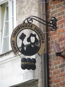 Toruń,_Dom_Kopernika_(wywieszka_Muzeum_Piernika),_ul._Kopernika_15_(OLA_Z.)
