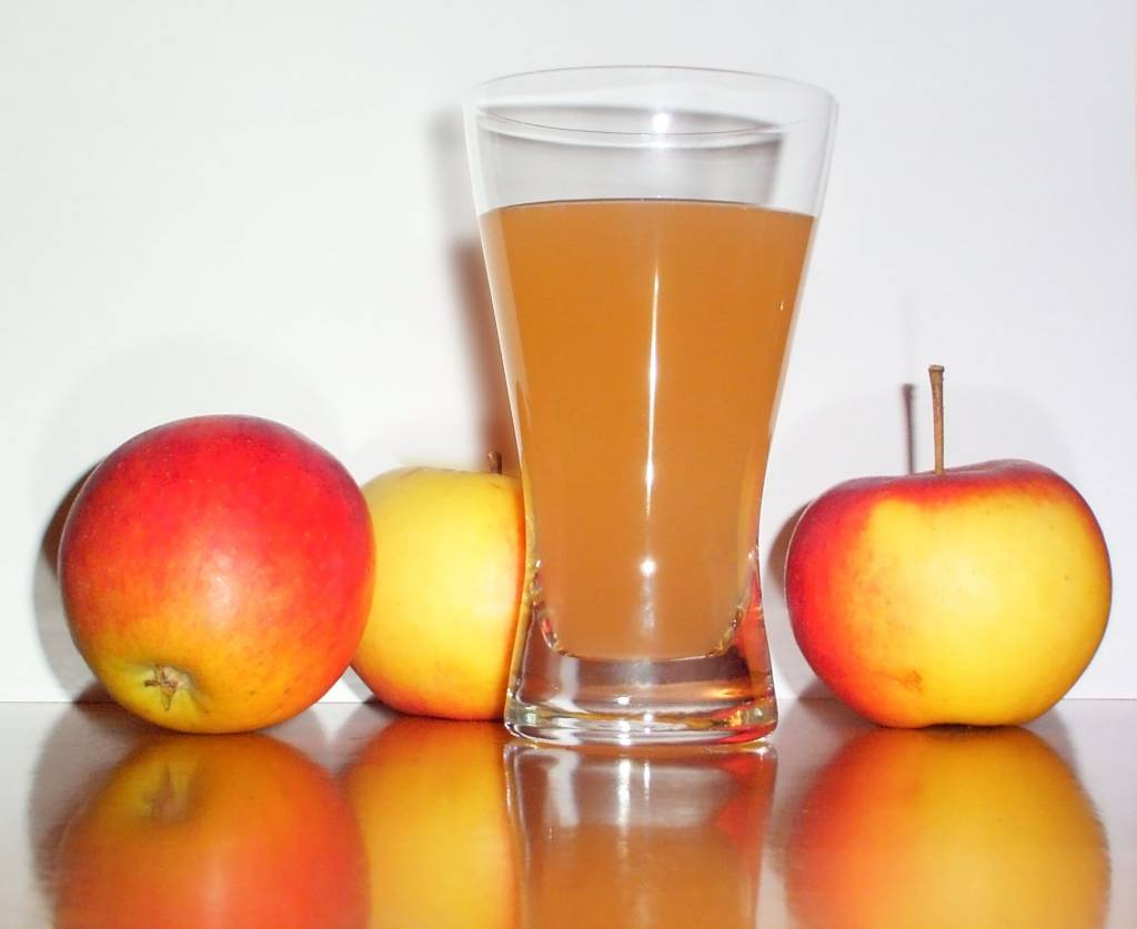 Apple_juice_with_3apples