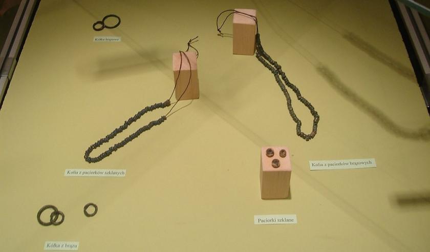 Kolie z paciorków brązowych i szklanych oraz kółka brązowe