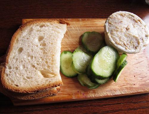 Chleb ze smalcem i ogórkiem