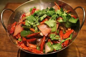 miska z sałatką z chilli