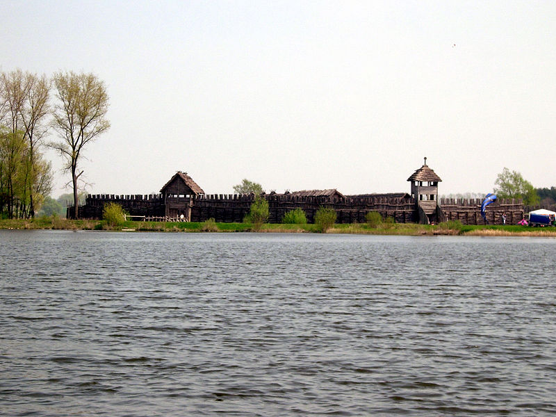 800px-Biskupin_widok_z_jeziora