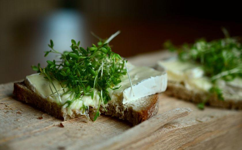 zapiekany chleb z rzeżuchą i serem