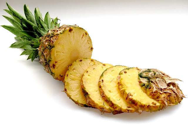 Ze względu na swoje właściwości, ananas stosowany jest nie tylko w kuchni, ale też medycynie i kosmetyce. Źródło: www.pixabay.com