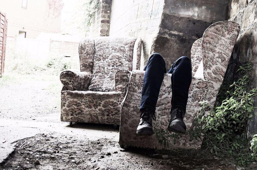 Kobieta siedzi na fotelu i widać tylko nogi. Źródło: Pixabay.com
