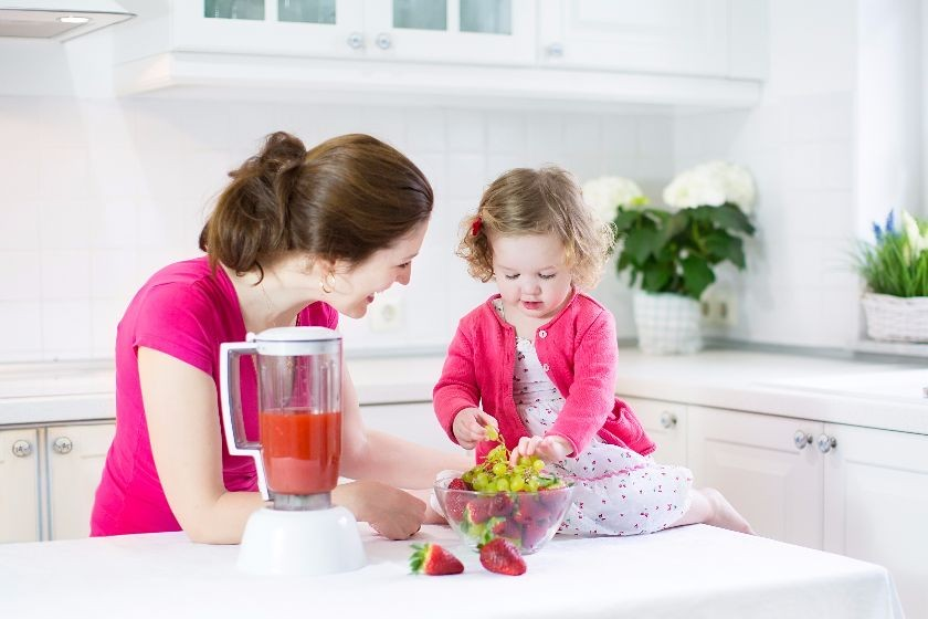 Mama i córka wspólnie przygotowują obiad.