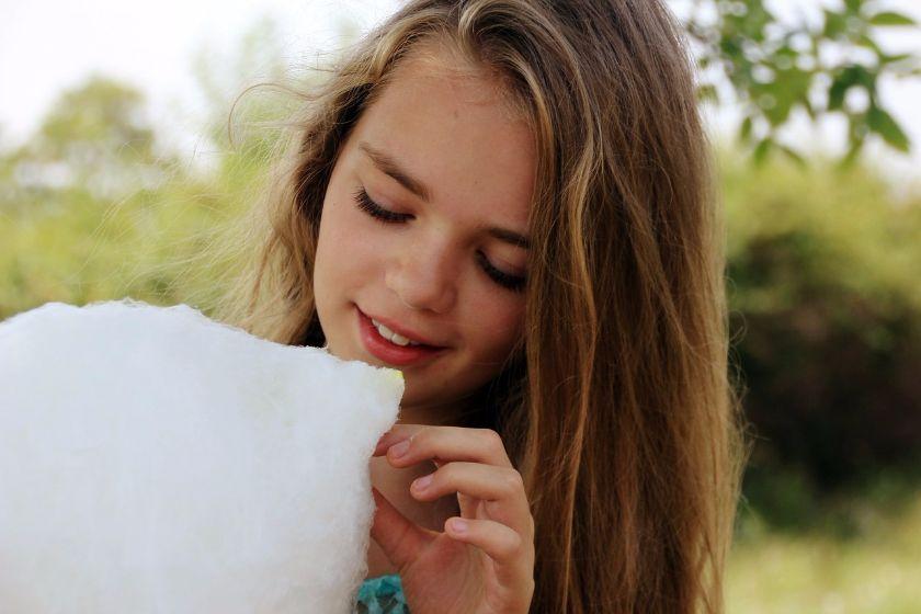 dziewczynka zjada watę cukrową, źródło: Pixabay.com