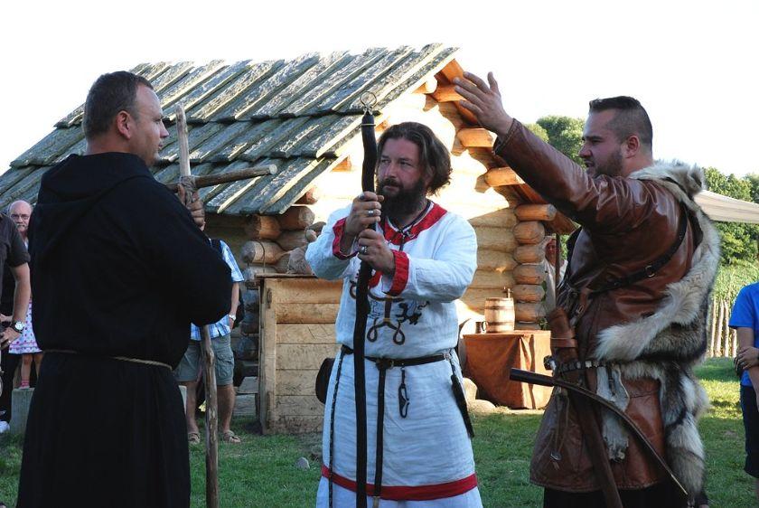 """Zapraszamy na 3. edycję festiwalu historycznego z cyklu """"Letnie o Piastach Bajanie"""". Tym razem wydarzenie to związane jest z legendarnymi początkami dynastii Piastów, a o jego szczegółach opowiedział Sławomir Uta."""